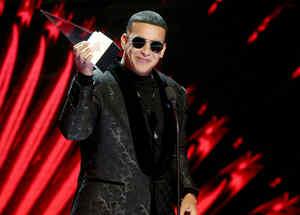 Daddy Yankee recibiendo premio especial en Latin AMAs 2018