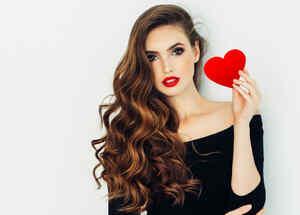 Mujer sosteniendo un corazón