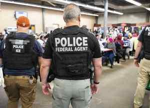 Redada en Mississippi el 7 de agosto de 2019. En el operativo, el mayor en una década, 680 indocumentados terminaron detenidos.