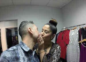 Jorge Bernal y Karla Birbragher besándose en el camerino