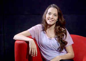 """Kendra Santacruz sonriendo en entrevista sobre """"Bajo el mismo cielo"""""""