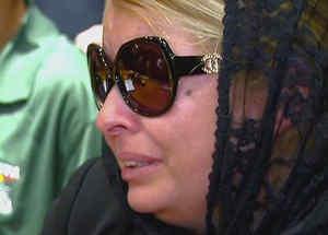 mujer de luto llorando