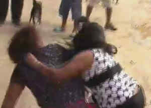 pelean dos mujeres