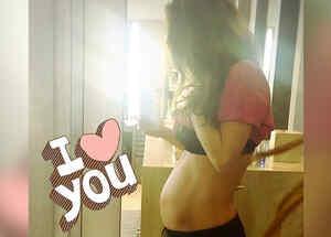 anahi muestra su embarazo
