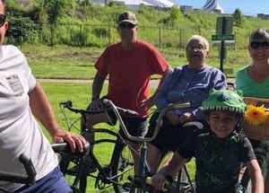 Abuela pasea en bicicleta por primera vez
