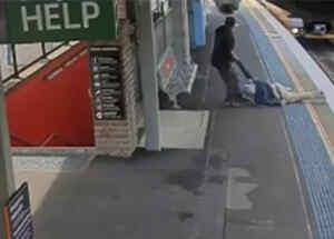Se cae en la vía del tren