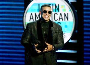 Daddy Yankee recibiendo premio en los Latin AMAs 2018