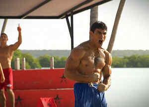 Kelvin celebra con fuerza y músculo