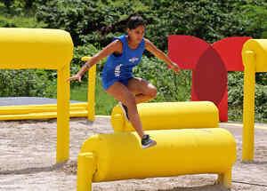 Denisse salta un obstáculo