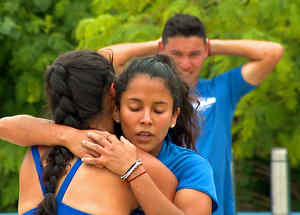 Denisse abraza a Génesis