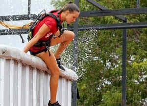 Nicole sale de la piscina del circuito de altura