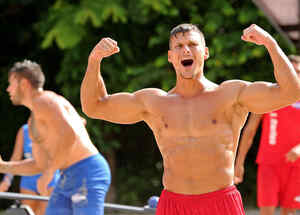 Mack festeja enseñando músculo