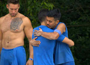 Jay abraza a Dilan para despedirlo