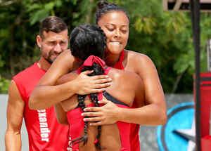 Mariana y Aridt se abrazan