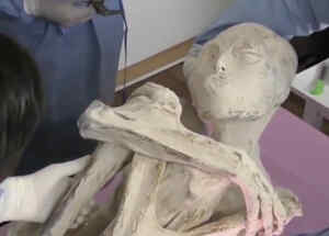 Desatan guerra por la custodia de presuntas momias extraterrestres