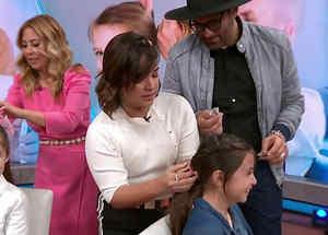Adamari López peinando a niña