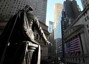 Una estatua de George Washington se muestra frente a la Bolsa de Nueva York (NYSE) el 16 de marzo de 2020 en Wall Street en la ciudad de Nueva York