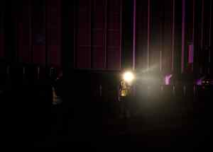 Guardias de seguridad esperan con linternas frente al Madison Square Garden durante un apagón masivo que afectó partes de Manhattan, en Nueva York, Estados Unidos.