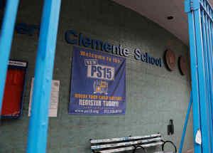 La Escuela Pública Roberto Clemente 15 se ve cerrada en la ciudad de Nueva York, Nueva York, EE.UU.