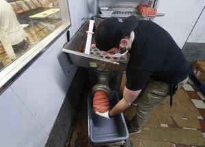 Tom Stevenson prepara carne molida en Ronnie's Quality Meats en Detroit.