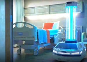 Un robot dentro de un cuarto en un centro de salud durante la pandemia de coronavirus.