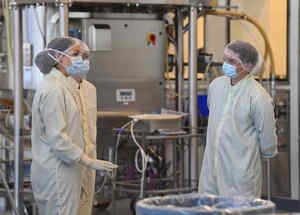 Los científicos trabajan dentro de las instalaciones de CSL Biotech después de que CSL anunciara que había acordado desarrollar la vacuna contra el coronavirus que podría estar disponible en Australia a principios de 2021, en Melbourne, Australia.