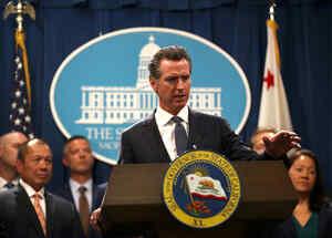El gobernador de California, Gavin Newsom, habla durante una conferencia de prensa con el fiscal general de California, Xavier Becerra, en el Capitolio del Estado de California el 16 de agosto de 2019 en Sacramento, California.