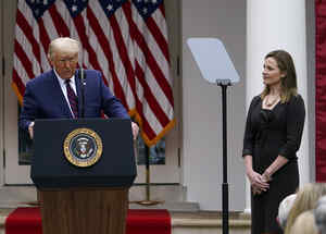 El presidente Donald Trump y la jueza Amy Coney Barrett.