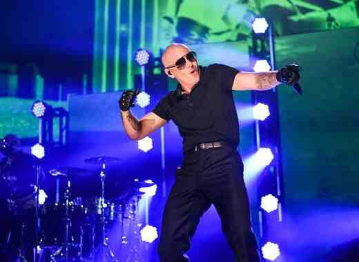 Pitbull en el escenario de iHeartRadio Fiesta Latina 2016